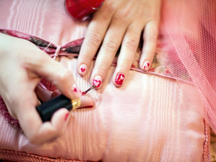 In Murino master in the protective Bathrobe making manicure on the street (photos)