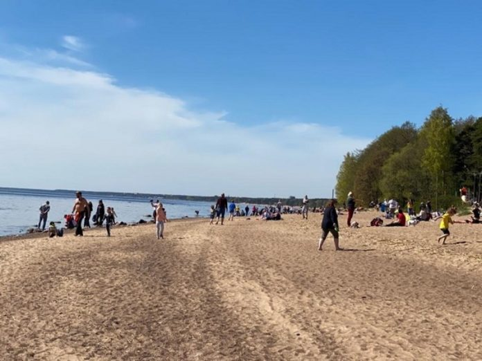 To the South of St. Petersburg noticed a nudist beach: vacationers don't wear no masks, no panties