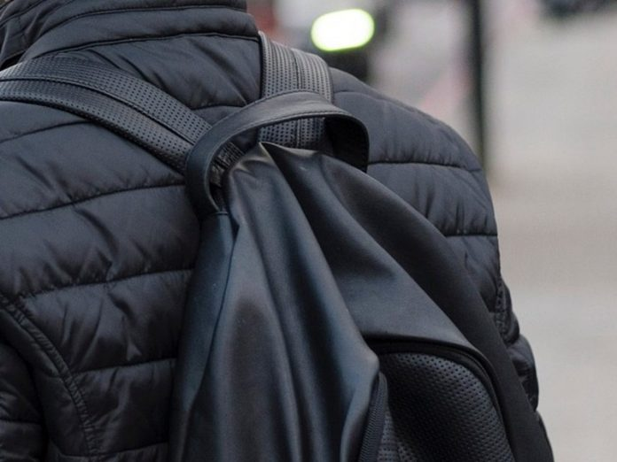 A resident of St. Petersburg threw out the backpack with drugs in the presence of police officers