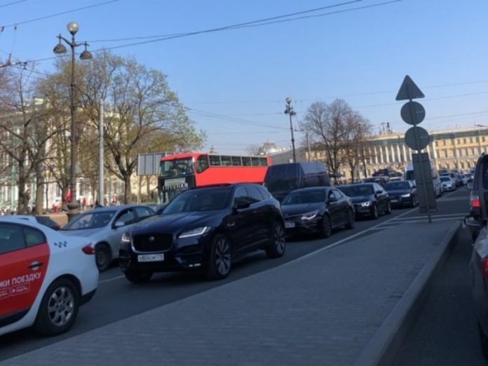 Military vehicles have blocked traffic in the center of St. Petersburg (photo)