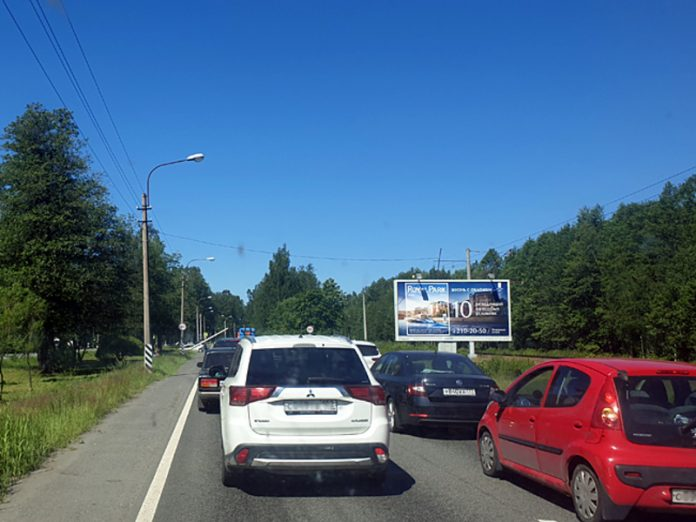 On the seaside highway was a road accident to participation of three cars, injured a child (video)