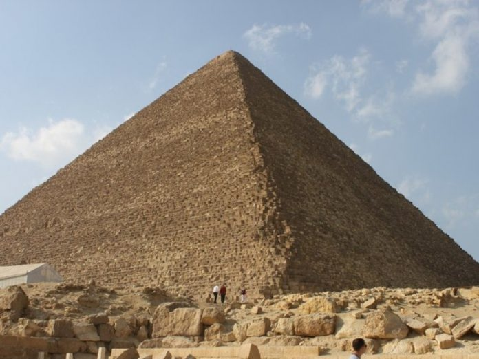 The archaeologist asked the fighters to leave the racism of the pyramids of Giza alone