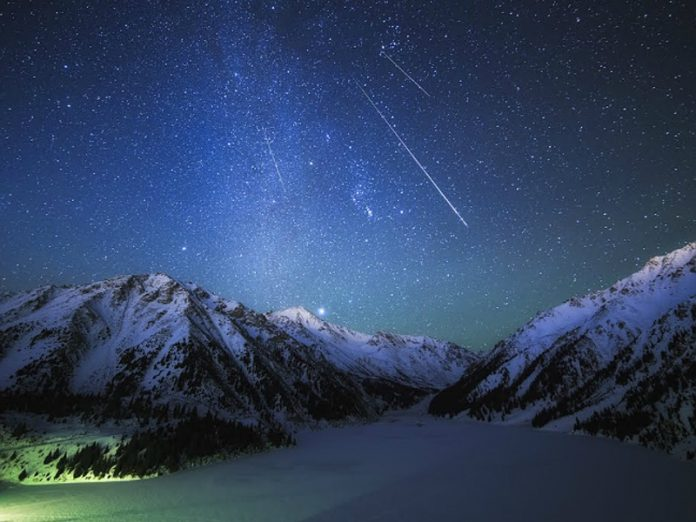 Astronomers are looking for witnesses of the flight of red-orange meteor with a long green