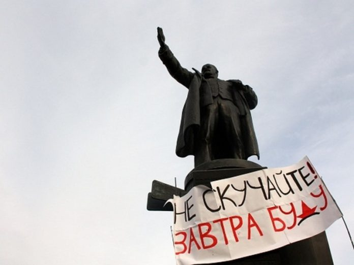 In Novosibirsk, the enemy of the amendments chained herself to a monument to Lenin