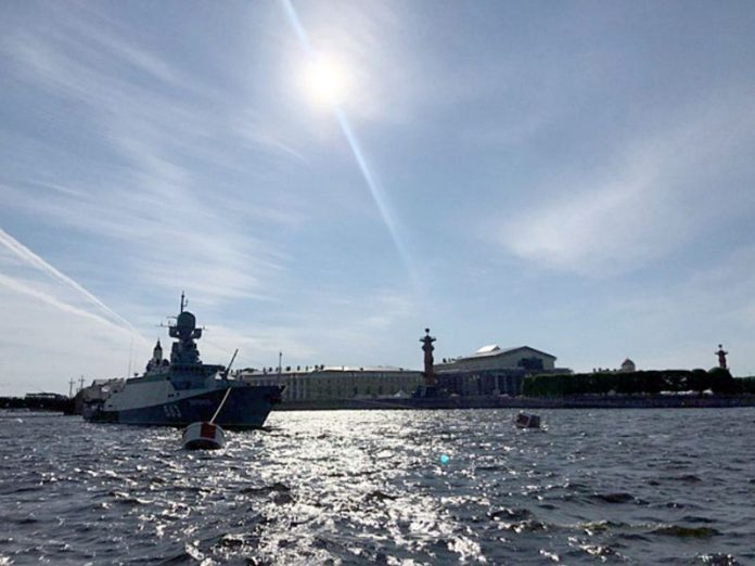 In Smolny tell us what city screens to watch the parade of the Navy