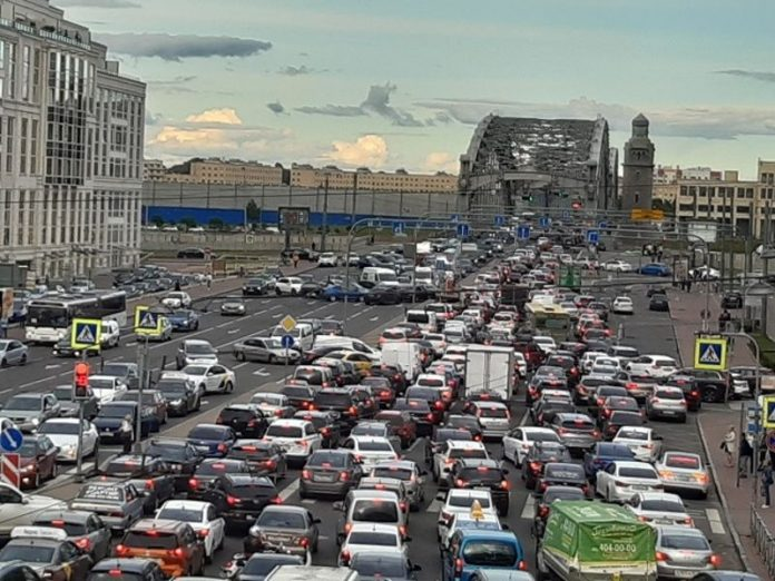 In St. Petersburg in the midst of a pandemic seen huge traffic jams and crowds on the quays