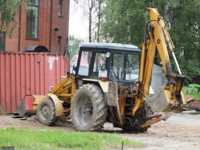 In the center of Moscow tractor had rammed the fence and fell into the river