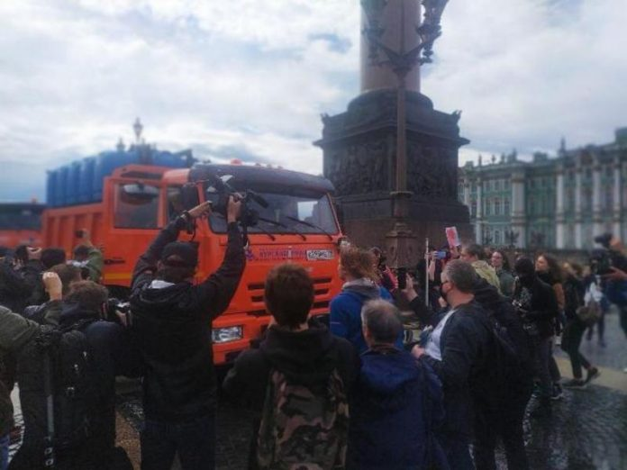 On Palace square, where the protests against changing the Constitution, drove water trucks (photo)