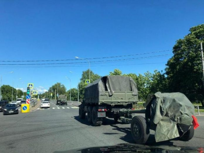 On the border of St. Petersburg noticed military vehicles with guns (photos)