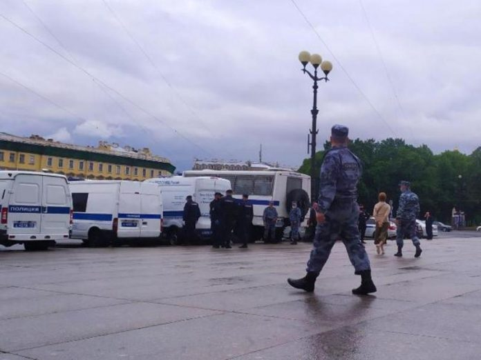 Palace square in St. Petersburg was captivated by the riot police (photo)