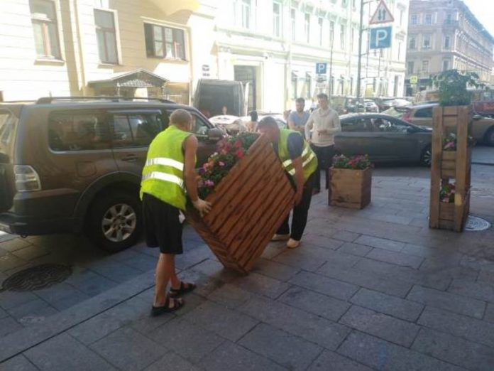 St. Petersburg officials began to take the furniture from the recently opened summer cafe