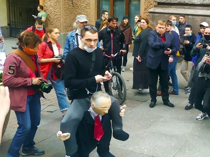 The activist drew attention of the St. Petersburg opposition pants (photo)