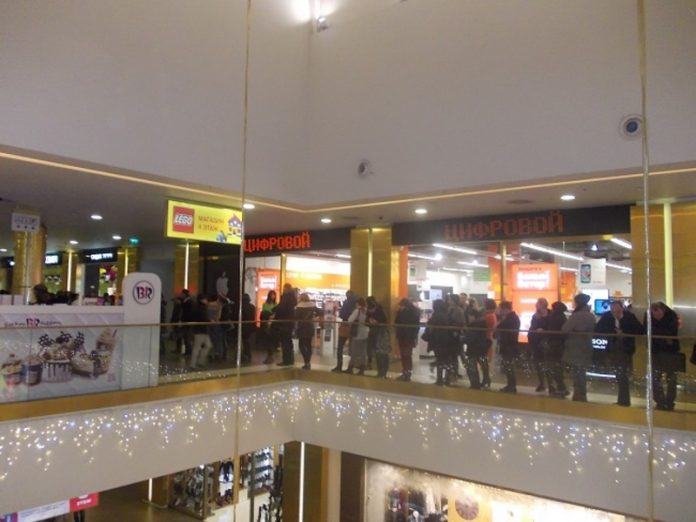 The influx of citizens in shopping centres compared with Christmas sales in US stores (photos)