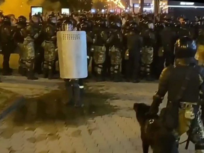In Minsk again detain peaceful protesters — works military special forces, heard explosions and shooting (photos, video)