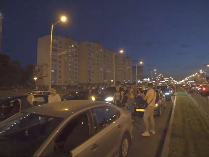 In Minsk, security officers pull drivers out of cars and beat feet (video)