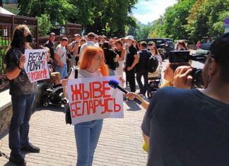The mayor of Zhodino ran away from the meeting with the protesters after claims away from the city at the riot police (video)