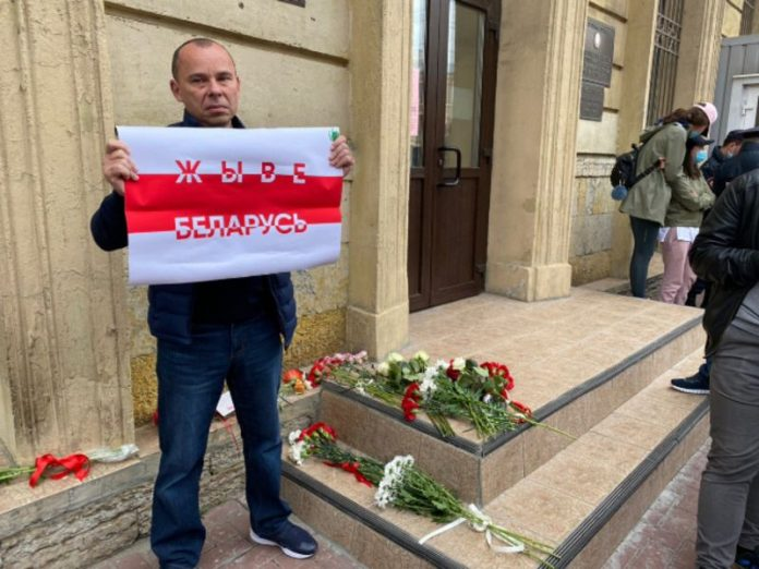 Thousands of Belarusians and foreign diplomats paid tribute to the memory of the deceased during the protests in Minsk